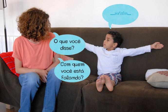 C: ....mñsfm... Mãe: O que você disse? Com quem você está falando?